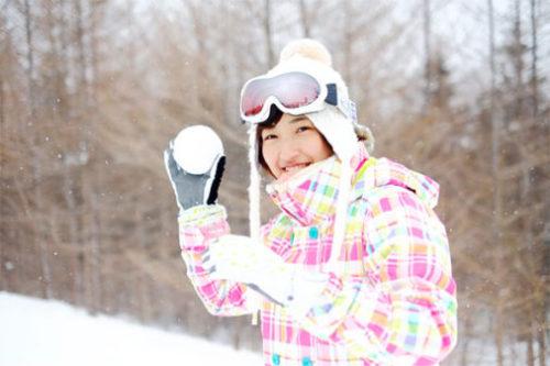 雪合戦をする女子