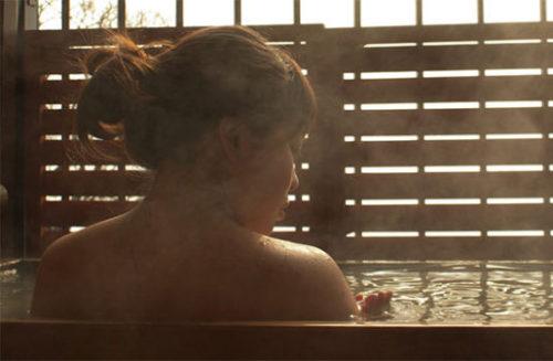 温泉で体を温める