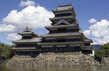 黒さが際立つ松本城
