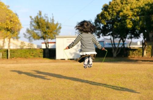 縄跳びで遊ぶ女の子