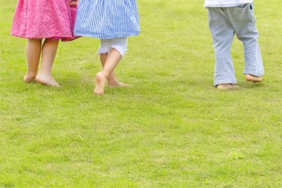 裸足の子ども