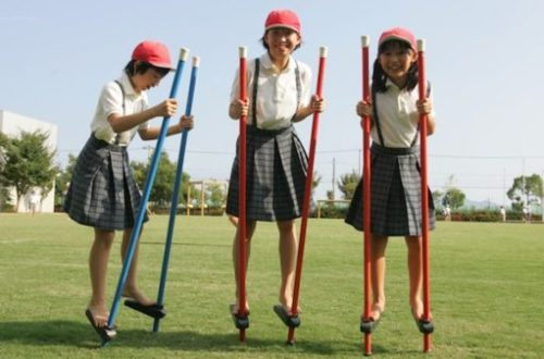 竹馬に乗る子どもたち