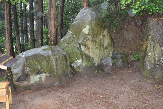神話に由来する墓石