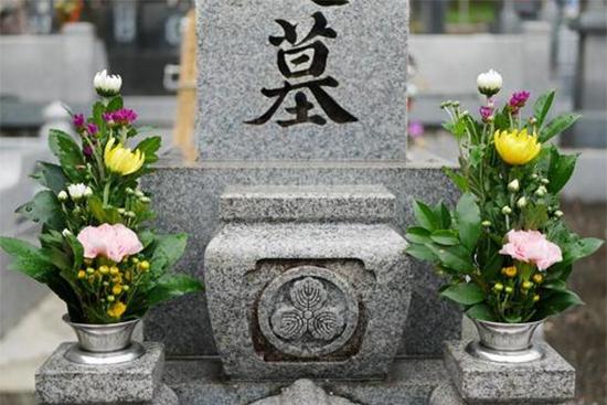 お彼岸の墓参りに持参する花は?