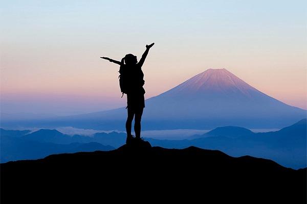 登山をする女性の持ち物チェック