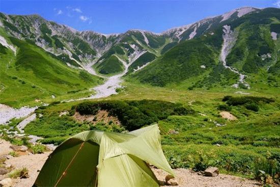 山小屋かテントか
